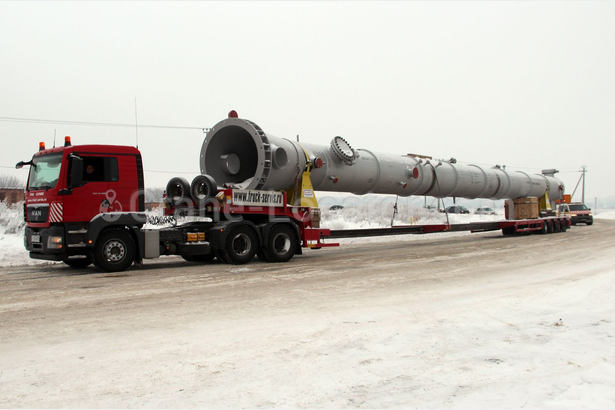 Transportation of a column for refinery